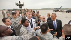 Rais Barack Obama akisalimiana na wanajeshi wa Marekani kwenye kituo cha MacDill Air Force, Sept. 16, 2014.