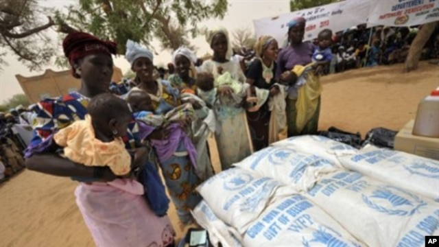 Women in southern Niger receive food assistance (file photo)