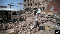 Un homme inspecte les décombres après une frappe aérienne de la coalition dirigée par l'Arabie saoudite à Sanaa, au Yémen, le 4 février 2018.