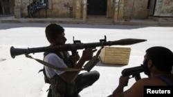 自由叙利亚军2012年8月10日扛着火箭筒瞄准等侯阿勒颇中部塞拉埃丁地区叙利亚政府军向前推进的坦克