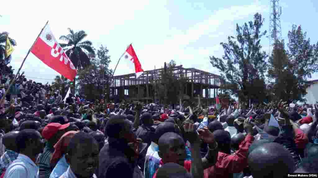 Des manifestants lèvent le doigt pour dire non à un 3e mandat du président Joseph Kabila, à Bukavu, Sud-Kivu, 26 mai 2016. VOA / Ernest Muhero