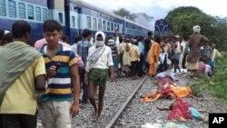 19일 인도 다마라 가트 마을에서 열차가 역에 정차하지 않고 질주하면서 철로를 건너 이동 중이던 승객들을 덮치는 사고로 30여명이 사망했습니다.