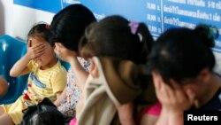 북한을 탈출한 후 2년 동안 중국과 미얀마, 라오스를 거쳐 태국에 도착한 탈북 여성과 어린이들이 치앙라이주 치앙사엔 경찰서에서 신분이 노출되는 것을 막기 위해 얼굴을 가리고 있다. 이들은 한국으로 가기 위해 자진해서 태국 경찰서를 찾아가 망명을 신청했다. (자료사진)