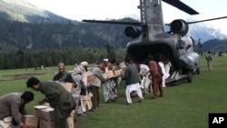 امریکی فوجی شنوک ہیلی کاپٹروں کے ذریعے متاثرہ علاقوں میں خوراک اور امدادی سامان پہنچایا جارہا ہے