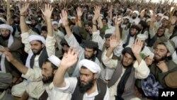 Các thành viên Taliban hô khẩu hiệu chống Mỹ trong một cuộc họp tôn giáo tại làng Killi Nalai gần biên giới Pakistan-Afghanistan.