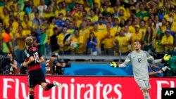 Toni Kroos ghi bàn cho tuyển Ðức.