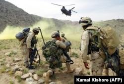 Tentara Amerika bersiap untuk menaiki helikopter, sekitar 60 kilometer sebelah utara Kandahar, Afghanistan. (Foto: AFP/Kamal Kishore)