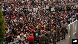 Para migran yang baru tiba menunggu bus di Heiligenkreuz, Austria dekat dengan perbatasan Hongaria (foto: ilustrasi).