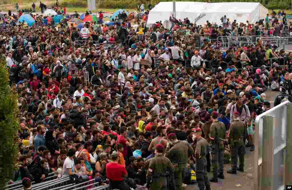 تقریباً دس ہزار سے زائد تارکین وطن اور پناہ گزین آسٹریا پہنچے ہیں۔