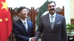 پاکستان کے وزیر اعظم یوسف رضا گیلانی اور چین کے نائب وزیراعظم منگ جیان ژو مصافحہ کرتے ہوئے۔