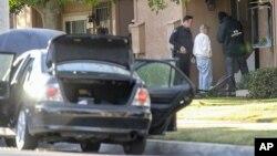 Des agents du FBI interrogent un homme près du lieu où a eu lieu une fusillade à San Bernardino, Californie, 3 décembre 2015.