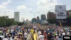 """Manifestantes se concentra para la """"Madre de todas las marchas"""" en Caracas. [Foto: Álvaro Algarra, VOA]."""