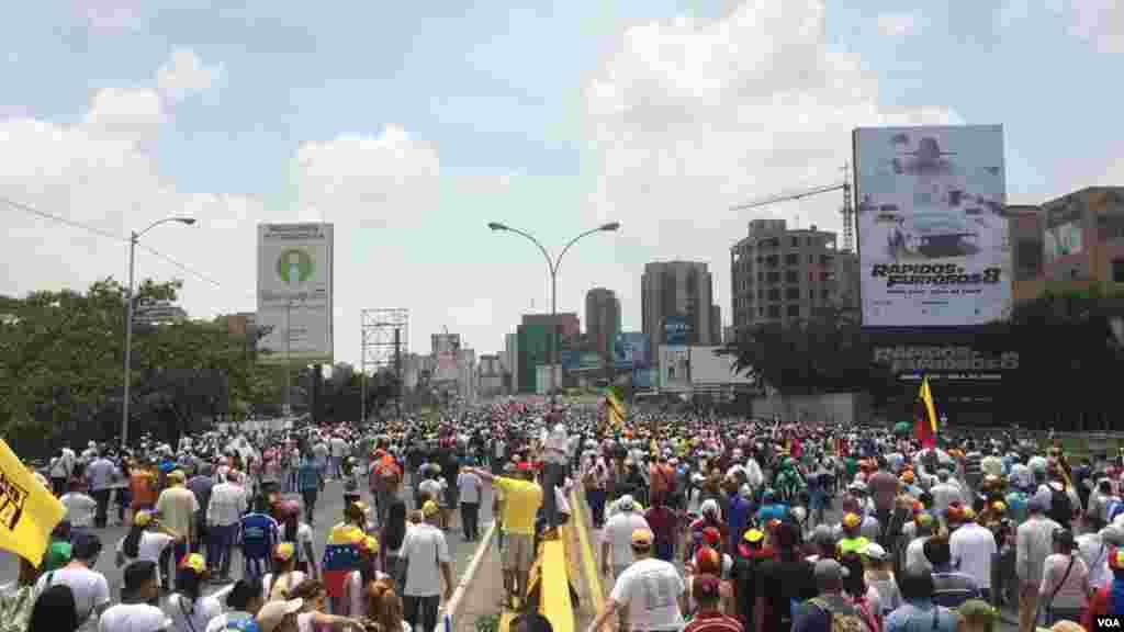 El grupo de manifestantes de la oposición que se dirigían a la defensoría del pueblo señalaron que entregarían un documento en dicha institución en la que exigen elecciones de inmediato y la liberación de los presos políticos.