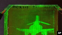 Refractable holographic image of an F-4 Phantom Jet created on a photorefractive polymer at the College of Optics, University of Arizona
