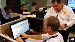 Nhân viên Sở Y tế Puerto Rico giám sát phương tiện truyền thông xã hội về các vấn đề liên quan đến Zika tại trụ sở ở San Juan, Puerto Rico.