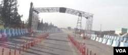 This Kurdish security checkpoint sits between Amuda and Qamishli, Nov. 26, 2015. (S. Kajjo/VOA)