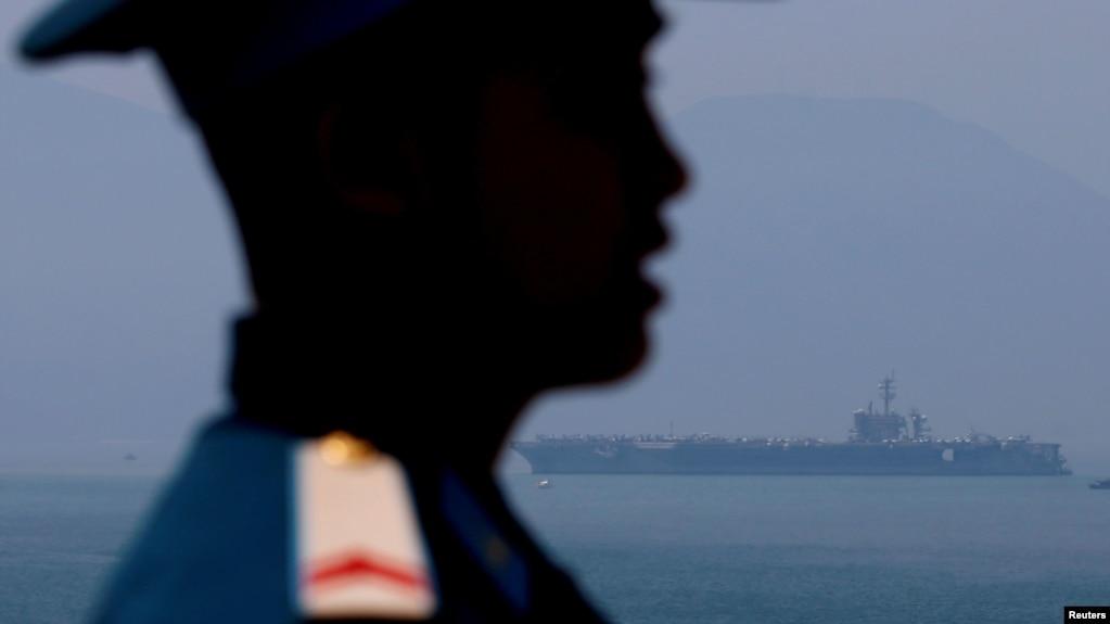 """Hàng không mẫu hạm USS Carl Vinson của Mỹ trên biển Đông ngoài khơi Đà Nẵng. Sau lần thứ 2 phải dừng thăm dò dầu khí trên vùng biển có tranh chấp trước sức ép của Trung Quốc, các chuyên gia cho rằng Việt Nam """"đang ở trong thế kẹt."""""""
