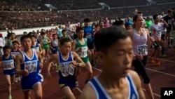 在金日成體育場起跑的馬拉松參賽者