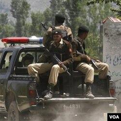 Tentara Pakistan berpatroli di sekitar lokasi penangkapan bin Laden di Abbottabad (2/5).