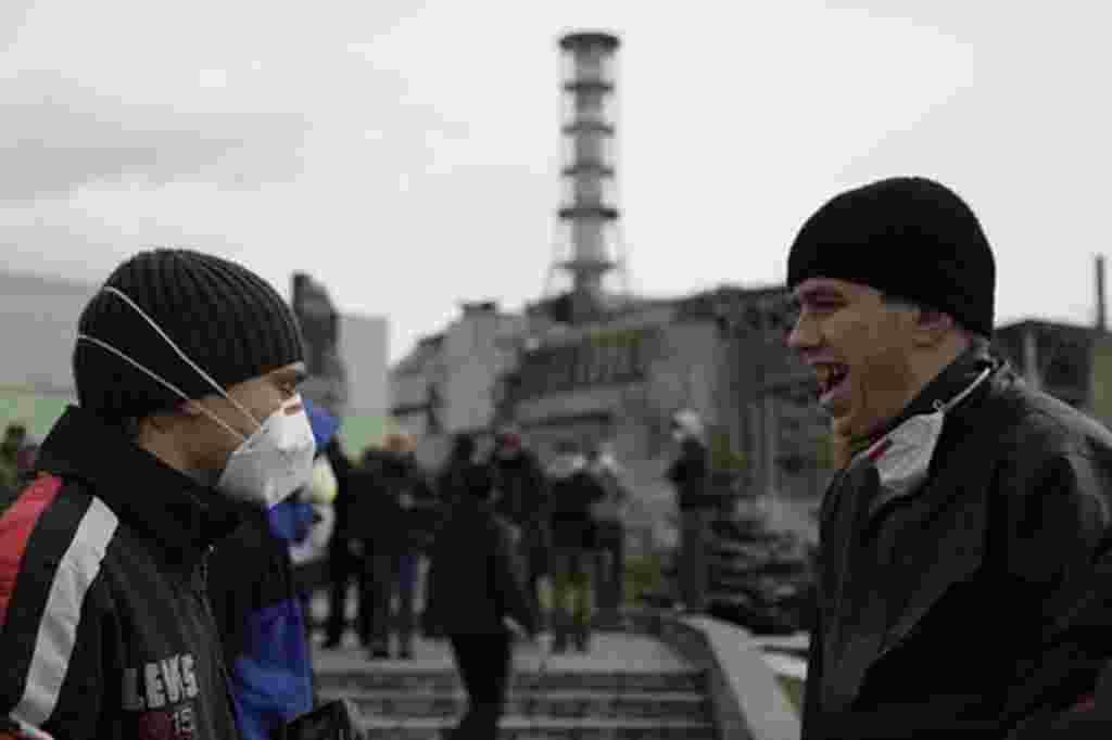 Turistas a las afueras del reactor de Chernobyl.