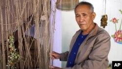 Ông Boonrian Chinnarat cầm chiếc lưới ông từng dùng để đánh cá trên sông Mekong. Ông nói giờ thì cá không còn, nhiều ngư dân ở Thái Lan như ông phải đổi nghề, và họ đỗ lỗi phần nào cho các đập Trung Quốc xây ở thượng nguồn