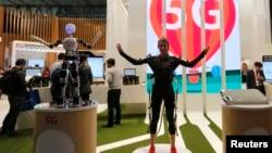 بارسلونا میں وائرلس ٹیکنالوجی کی عالمی نمائش میں 5 جی ٹیکنالوجی کی مدد سے روبوٹ کی حرکات و سکنات کو کنٹرول کیا جا رہا ہے۔ فائل فوٹو