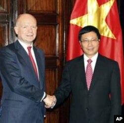 ທ່ານ William Hague, ຊ້າຍt, ຈັບມືກັບຄູ່ຕໍາແໜ່ງ ລັດຖະມົນຕີຕ່າງປະເທດຫວຽດນາມ Pham Binh Minh ກ່ອນການເຈລະຈາກັນທີ່ຮາໂນ່ຍ, ວັນພຸດ ທີ 25 ເມສາ 2012. (AP Photo/Mike Ives)
