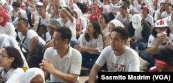 "Para pendukung Kandidat 01 Presiden-Wakil Presiden, Joko Widodo-Ma'ruf Amin, tampak menyimak orasi politik dalam ""Konser Putih Bersatu"" di Stadion GBK Senayan, Sabtu Siang (13/4) (foto: VOA/Sasmito Madrim)"