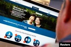 ຊາຍຄົນນຶ່ງກຳລັງເບິ່ງໜ້າທຳອິດ ການລົງທະບຽນ ກ່ຽວກັບ ກົດໝາຍປະກັນສູຂະພາບລາຄາຖືກ ຫຼື Affordable Care Act (ທີ່ຮູ້ຈັກກັນຄື Obamacare) ຢູ່ເວັບໄຊ HealthCare.gov ໃນນະຄອນ New York ຢູ່ໃນພາບທີ່ສະແດງໃຫ້ເຫັນນີ້..