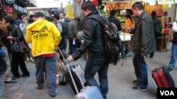 約10名香港網民響應號召,拖著行李篋在旺角逛街,抗議大陸自由行遊客太多