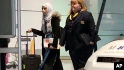 Warga Yaman, Shaima Swileh, kiri, berjalan di bandara Munich, Jerman, 19 Desember 2018 sebelum menaiki pesawat tujuan AS, dimana ia ingin memberi ciuman perpisahan sebelum putranya menghembuskan nafas terakhir (foto: AP Photo/Matthias Schrader)