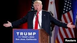 Trump se burló del discurso de Hillary Clinton sobre política exterior y dijo que él tiene mejor temperamento para ser presidente.