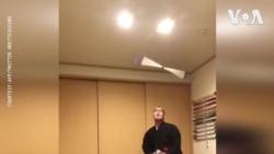 Nhà sư Nhật tung hứng để chứng minh mặc pháp phục không gây nguy hiểm khi lái xe