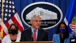 메릭 갈랜드(가운데) 법무장관이 9일 법무부 청사에서 기자회견하고있다.
