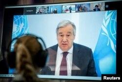 El secretario general de las Naciones Unidas, Antonio Guterres, aparece en una pantalla de video durante una cumbre climática virtual, conocida como el Diálogo Climático de Petersberg, en Berlín el 28 de abril de 2020.