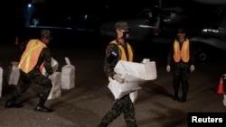 Un grupo de militares transporta paquetes de drogas incautadas en Honduras, el 20 de julio de 2020.