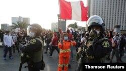 Las protestas continuaron el jueves en Perú, donde fue anunciado un nuevo gabinete mientras que los partidarios del destituido presidente Vizcarra seguían en las calles.