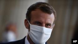 Presiden Perancis Emmanuel Macron mengenakan masker, Paris, Jumat 4 September 2020. (Foto: AP)