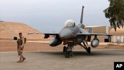سرباز عراقی کنار یک جنگنده اف-۱۶ در پایگاه هوایی البلد در شمال بغداد.