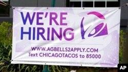 Un rótulo anunciando contrataciones fuera de un restaurante en Glenview, Illinois, el 8 de mayo de 2021.