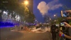 香港警方星期六發射催淚彈驅趕示威人群