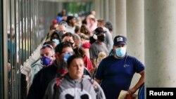 Cientos de personas hacen fila afuera de una oficina de solicitud de asistencia a desempleados en la ciudad de Frankfort, Kentucky, Estados Unidos. [Foto de Archivo Junio 18, 2020]