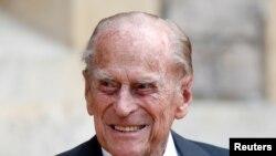 ARCHIVO - El príncipe Felipe de Gran Bretaña participa en el traslado del coronel en jefe de los rifles en el Castillo de Windsor en Gran Bretaña el 22 de julio de 2020.