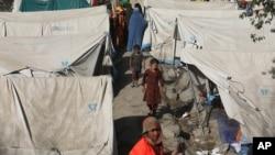 شمالی افغانستان کے صوبوں میں اندرونی طور پر بے گھر ہونے والے افغان کیمپوں میں رہنے پر مجبور۔ 13 اگست، 2021 کی تصویر۔