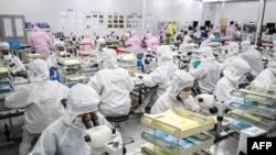 中國江蘇省淮安的一個半導體工廠的工人正在製作LED芯片。(2020年6月16日)