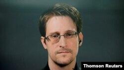 En la foto de archivo, Edward Snowden habla a través de un enlace de video durante una conferencia de prensa en Nueva York.