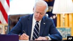 Prezident Bayden Ağ Evdə, Oval ofisdə koronavirus yardım paketini imzalayır. 11 mart 2011-ci il