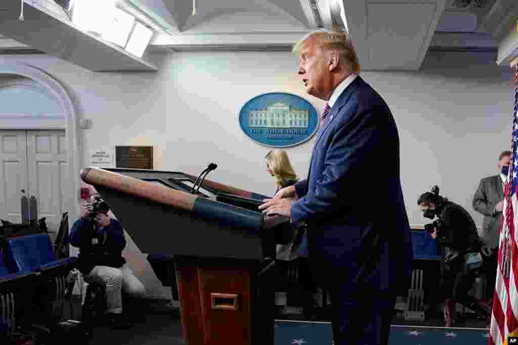 پرزیدنت ترامپ بعد از کنفرانس خبری پنجشنبه شب. او میگوید از راههای قانونی شکایت خود از تقلب در انتخابات را پیگیری خواهد کرد.