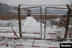 Sebuah gerbang ditutup di jembatan di atas Sungai Yalu, di sisi perbatasan China dengan Korea Utara antara kota Ji'an dan Linjiang, China, 21 November 2017. (REUTERS/Damir Sagolj)