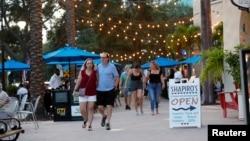 Ljudi šetaju bez maski po Beach Drive bez maski u St. Petersburgu, Florida, 6. august 2021.